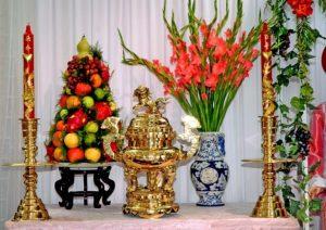Bài trí bình hoa và đĩa quả trên bàn thờ gia tiên